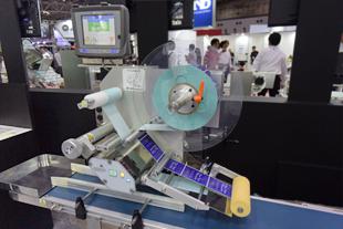 上面貼りラベリングマシンの機械写真